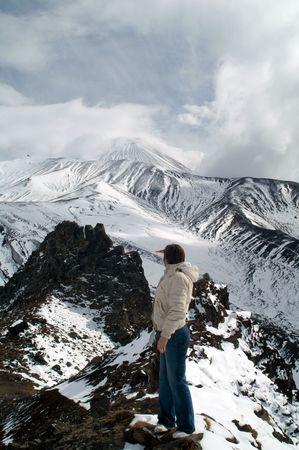 onward: mujer viaja a las monta�as y se ve a partir Vulcan  Foto de archivo