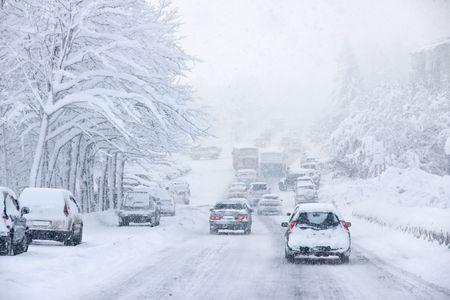 blizzard: Schneesturm, schlechte Sichtverh�ltnisse, glatte Stra�en und viel Verkehr Lizenzfreie Bilder