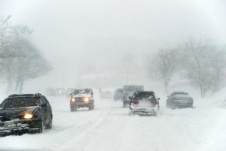 Autos in verschneiten Tag