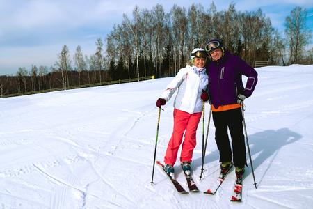Midden oud paar op skivakantie in bergen. Stockfoto