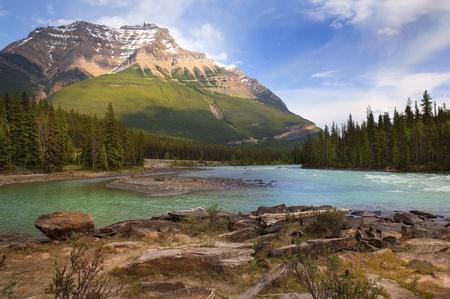 rocky mountains: de rivier stroomt aan de voet van de Canadese Rockies