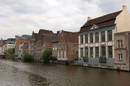 paisaje urbano en Gante, B�lgica Casas y caf�s se encuentran en el agua Foto de archivo - 12790487