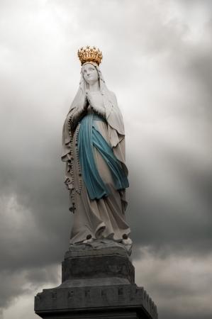 simbolos religiosos: estatua de la Virgen Mar�a en Lourdes, Altos Pirineos, Francia