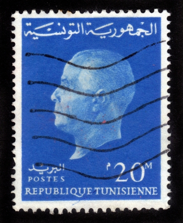 president???s: TUNISIA - CIRCA 1950 Un timbro stampato in Tunisia mostra un ritratto di Habib Bourguiba, il primo presidente Tunisia s, 1950 circa Archivio Fotografico