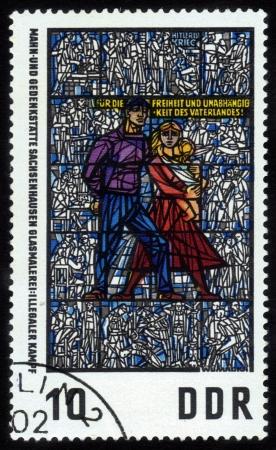 sachsenhausen: Germania - CIRCA 1968: timbro stampato in Germania Est, mostra Sachsenhausen Memorial Museum, vetrate del trittico del Museo della resistenza antifascista dei popoli europei, di Walter Womacka, intorno al 1968.