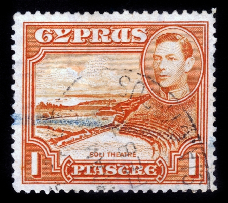kypros: CYPRUS - CIRCA 1938: A stamp printed in Cyprus shows Roman theatre, Soli and King George VI, circa 1938. Editorial