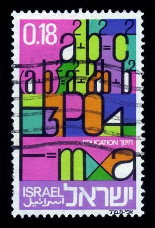 voortgezet onderwijs: ISRAEL - CIRCA 1972 Een stempel gedrukt in Israël toont letters van het Engels alfabet en wiskundige formules, het symbool van het voortgezet onderwijs, circa 1972