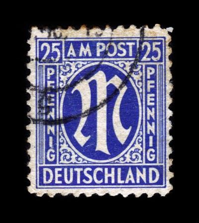 """definitive: Alemania - alrededor de 1945: Un sello impreso en la zona de ocupaci�n estadounidense-brit�nica muestra series sello definitivo """"M"""" en la denominaci�n de 25 peniques, alrededor de 1945 Editorial"""