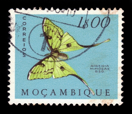 estampilla: MOZAMBIQUE - CIRCA 1953  A stamp printed in Mozambique, shows a african moon moth  Argema mimosae , from the series  butterflies and moths , circa 1953