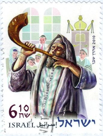 shofar: Israele - CIRCA 2010 Un timbro stampato in Israele mostra un ebreo religioso che soffia per lo shofar, dalle feste Series 2010, intorno al 2010 Editoriali