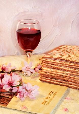 pesaj: fiesta de la primavera de la Pascua y sus atributos, con matzo y Hagad� en hebreo - Feliz Pascua Foto de archivo