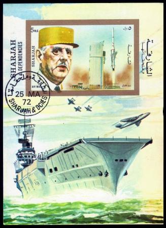 statesman: Sharjah - CIRCA 1972 Un francobollo stampato in Sharjah emirato mostra francese in generale e statista Charles Andr� Joseph Marie de Gaulle, il lancio di missili e portaerei circa 1972
