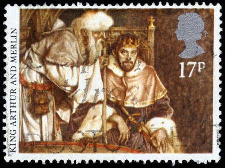 mago merlin: GRAN BRETA�A - CIRCA 1985 Un sello impreso en Reino Unido muestra la imagen del rey Arturo y Merl�n, la serie Leyendas art�ricas, alrededor del a�o 1985