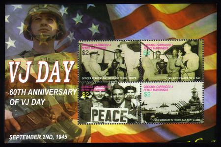 vj: Grenada Grenadines - CIRCA 2005 Un francobollo stampato in Grenada Grenadines mostra le immagini scattate in VJ Day, il giorno della vittoria sul Giappone nella seconda guerra mondiale, circa 2005 Editoriali