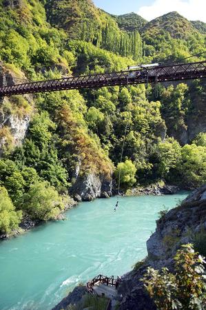 bungee jumping: ropejumping desde el puente sobre el río turbulento en las montañas de Nueva Zelanda Foto de archivo