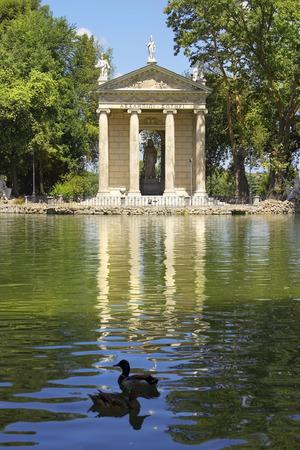 aesculapius: pintoresco paisaje con estanque y el Templo de Esculapio, jardines de Villa Borghese, Roma