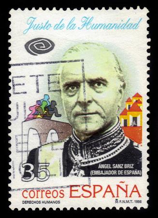 humanism: Espa�a - CIRCA 1998: sello impreso en Espa�a muestra el retrato de �ngel Sanz-Briz, diplom�tico espa�ol de la Espa�a franquista durante la Segunda Guerra Mundial que ayud� a salvar a muchos judios h�ngaros de la persecuci�n nazi, alrededor del a�o 1998 Foto de archivo