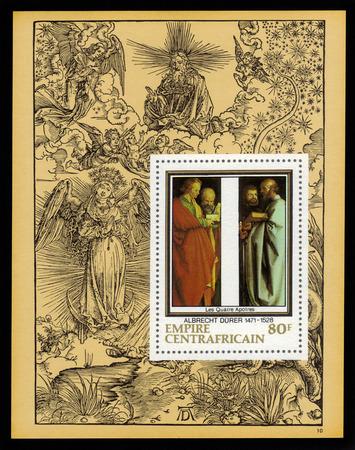 """durer: Central African Empire - CIRCA 1978: un foglietto stampato in Francia mostra dipinto di Albrecht Durer  """"Quattro Apostoli """", sullo sfondo della sua incisione, circa 1978"""