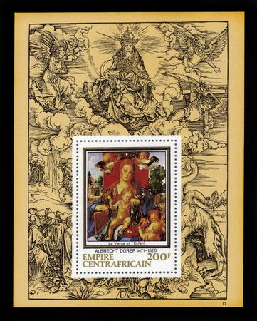 """durer: Central African Empire - CIRCA 1978: un foglietto stampato in Francia mostra dipinto di Albrecht Durer  """"Madonna con il Lucherino """", sullo sfondo della sua incisione, circa 1978."""