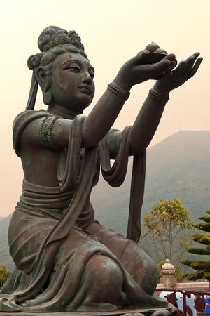"""paciencia: seis estatuas de bronce conocidas como  """"La Ofrenda de los Seis Devas """", simbolizan la caridad, la moralidad, la paciencia, el celo, la meditaci�n y la sabidur�a, todos los cuales son necesarios para entrar en el nirvana, el Monasterio Po Lin, la isla de Lantau , Hong Kong Editorial"""