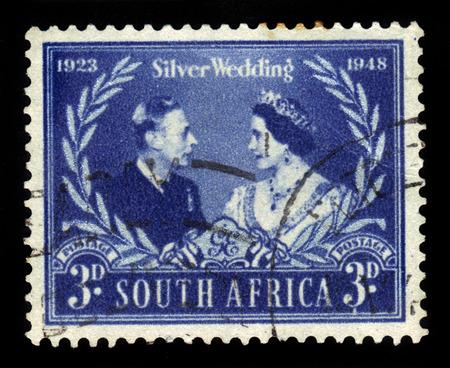 bodas de plata: Sud�frica - alrededor de 1948: Un sello impreso en Sud�frica muestra el rey Jorge VI y la reina Isabel, emitido por la boda real de plata, alrededor de 1948