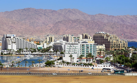 Eilat Israel  MAY 17 : marina and luxurious hotels in popular resort  Eilat of Israel  on the background Jordanian mountains on may 17 2015 Eilat Israel 新聞圖片