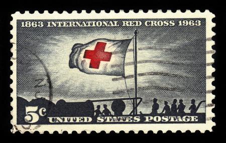 cruz roja: ESTADOS UNIDOS DE AM�RICA - CIRCA 1963: un sello impreso en los EE.UU. muestra los refugiados cubanos en SS luz de la ma�ana y de la bandera de la Cruz Roja, con la inscripci�n de la Cruz Roja Centenario, alrededor de 1963 Editorial