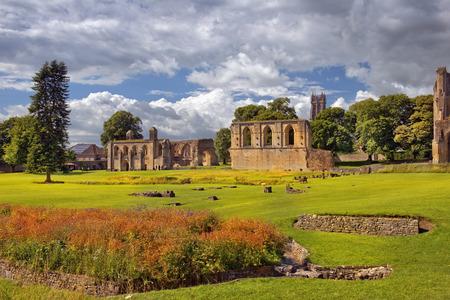 グラストンベリー修道院の遺跡は、サマセット、イングランドのグラストンベリー修道院