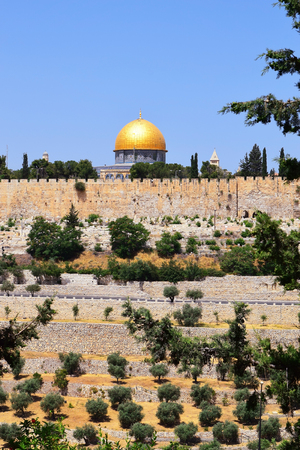 al aqsa: view of the golden Dome of the Rock of Al Aqsa Mosque from the Mount of Olives, Jerusalem, Israel Stock Photo