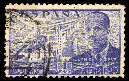 ingeniero civil: ESPA�A - CIRCA 1939: Un sello impreso por Espa�a, muestra Juan de la Cierva y Autogiro, era un ingeniero civil espa�ola, piloto e ingeniero aeron�utico, azul, alrededor de 1939 Editorial
