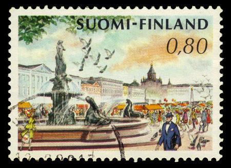 FINNLAND - CIRCA 1976: einen Stempel in Finnland gedruckt zeigt Marktplatz und Havis Amanda Brunnen von Ville Vallgren in Helsinki, Finnland, circa 1976
