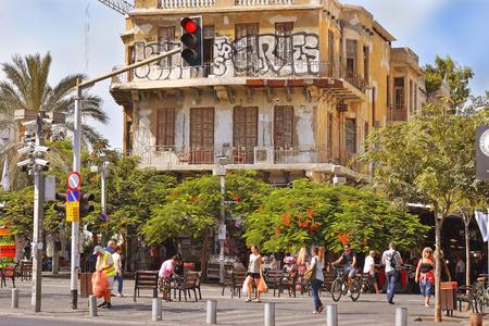 semaforo peatonal: TEL AVIV, ISR AUG - 24 de, 2016: Magen David Square es una plaza pública principal, situada en el corazón de Tel Aviv en la intersección de King George, Sheinkin, el Mercado Carmel, Nahalat Binyamin y las calles de Allenby