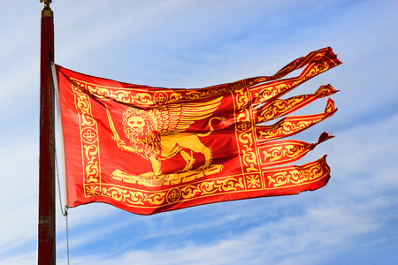 leon con alas: bandera de Venecia, símbolo principal de Venecia - el león de oro con alas de Marcos Evangelista Editorial