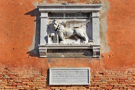 leon con alas: león alado de San Marcos, símbolo de Venecia, detalle decorativo en la fachada de uno de los palacios