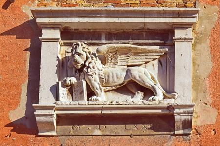 leon alado: león alado de San Marcos, símbolo de Venecia, detalle decorativo en la fachada de uno de los palacios