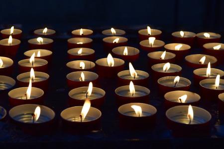 Brandende herdenkings kaarsen op de donkere achtergrond Stockfoto