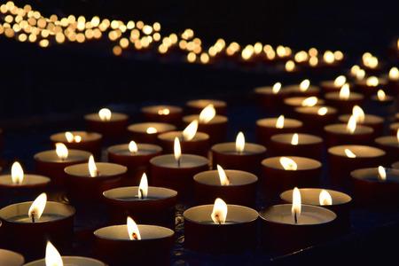 Quema de velas conmemorativas en el fondo oscuro Foto de archivo