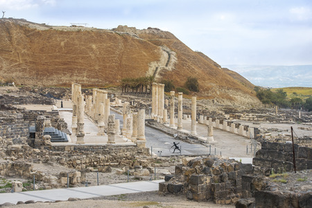 ancient street and columns in archaeological site Scythopolis, Beit Shean National Park, Israel Imagens - 78553473
