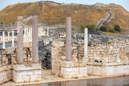 ancient street and columns in archaeological site Scythopolis, Beit Shean National Park, Israel Imagens