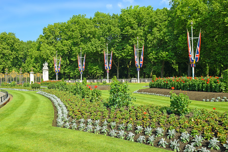 picturesque flower bed and entrance to Green Park (Canada Gate) near Buckingham Palace, London, UK 版權商用圖片