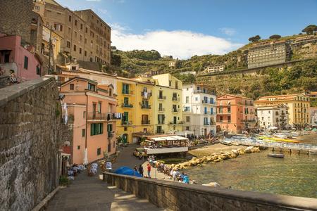 Sorrento, Italie - 21 mai 2017: paysage pittoresque dans le port de Sorrente, la baie de Naples dans le sud de l'Italie Banque d'images - 80585096