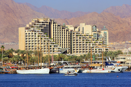 Eilat, Israel - MAY 24 : views of the coastline and luxurious hotels in popular resort - Eilat of Israel  from Gulf of Eilat on may 24, 2017 Eilat, Israel 新聞圖片