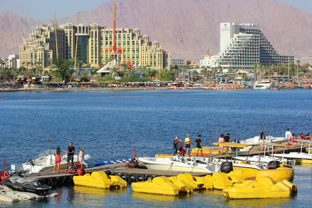 Eilat, Israel - MAY 24 : views of the coastline and luxurious hotels in popular resort - Eilat of Israel  from Gulf of Eilat on may 24, 2017 Eilat, Israel 版權商用圖片 - 89739743
