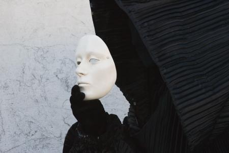 黒の白い顔マスクを脱いで、ボンネットの図します。ヴェネツィア。仮面舞踏会