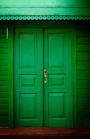 puertas de madera: Las puertas de madera de época antiguos, color verde