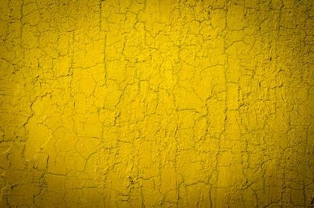 노란색으로 페인트 된 벽, 금이 간다. 추상적 인 배경