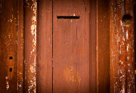puertas de madera: Las antiguas puertas de madera de época, de color rojo