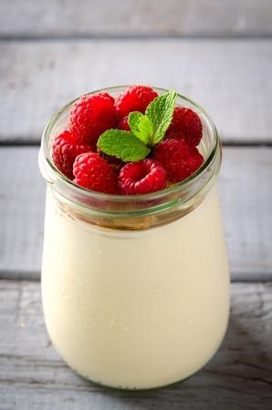 yaourts: petit déjeuner sain - yaourt frais grec avec des framboises et de menthe dans un verre Banque d'images