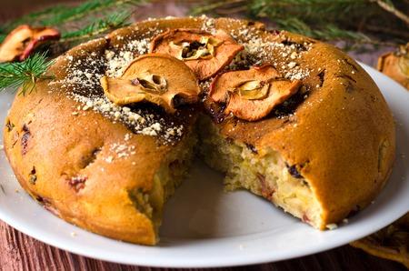 frutas secas: pastel de manzana con frutas secas, decoraci�n de Navidad. enfoque selectivo