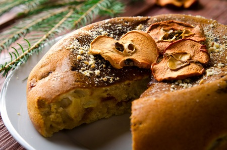 frutas secas: Apple cake with dry fruits, Christmas decoration. Selective focus